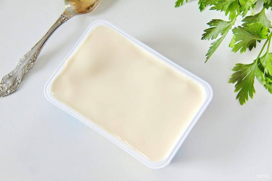 Добавьте плавленый сыр и хорошо перемешайте суп, чтобы сыр растворился.