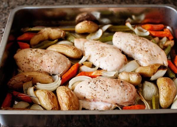 6. В зависимости от размера кусочков и используемых овощей, запекайте блюдо от 25 до 45 минут. Вот и все, аппетитная курица с овощами под соусом в домашних условиях готова. Перед подачей полейте оставшимся соусом и присыпьте свежей зеленью.