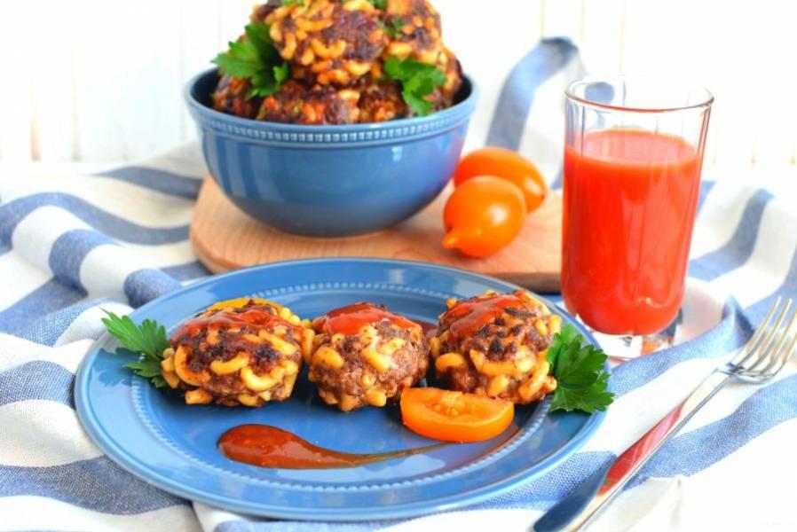 Подавайте котлеты с домашним томатным соусом или кетчупом. Отлично идет к котлетам и томатный сок.