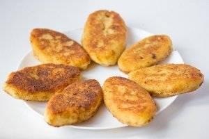 Подаём в горячем или тёплом виде. Из данного количества ингредиентов у меня получилось 12 картофельных пирожков.