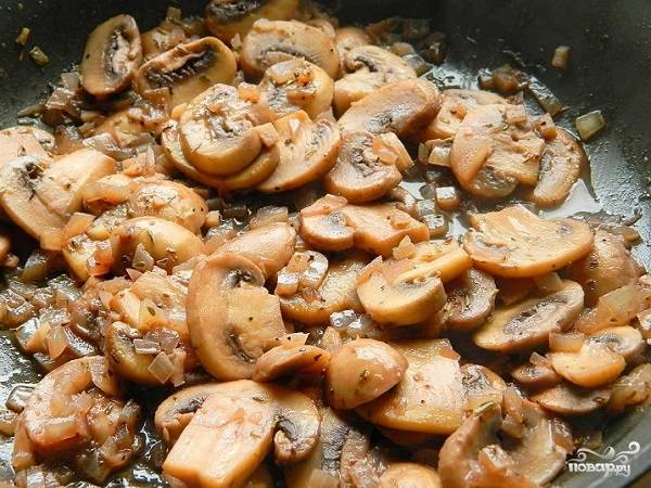 4. Через 2-3 минуты влейте на сковороду красное сухое вино. Аккуратно все перемешайте и оставьте на среднем огне еще минут на 5.