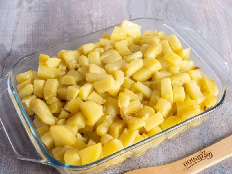 И последний слой — жареный картофель. Конечно, его тоже необходимо в конце приготовления посолить по вкусу.