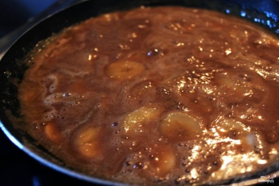 В соус к маслу и кленовому сиропу нужно отправить коричневый сахар. Поставьте огонь на минимум и дождитесь, пока сахар растворится. Затем влейте сливки, перемешайте. Последним в сковороду закладывается банан. Следите, чтобы бананы были полностью покрыты соусом. Протушите соус ещё 5 минут — и он готов.