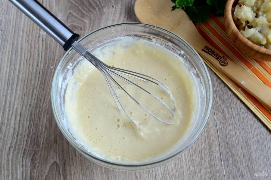 Для начала замесите тесто. В теплой воде растворите яйцо и соль, хорошо размешайте. Добавьте просеянную муку.