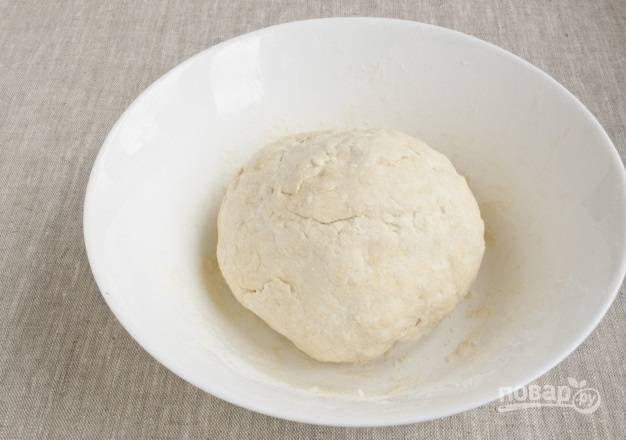 4. Добавляйте муку, пока тесто не станет однородным. Скатайте его в шарик и уберите в холодильник, завернув в пакет или пленку, на пару часов.