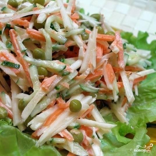 Заправляем оливковым маслом либо сметаной. Перемешиваем - и все, салат из топинамбура с морковью готов!