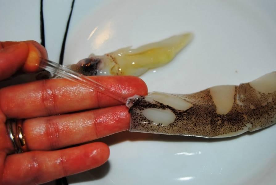 1. Кальмары надо очистить от кожицы. Для этого подцепите кожицу и потяните.