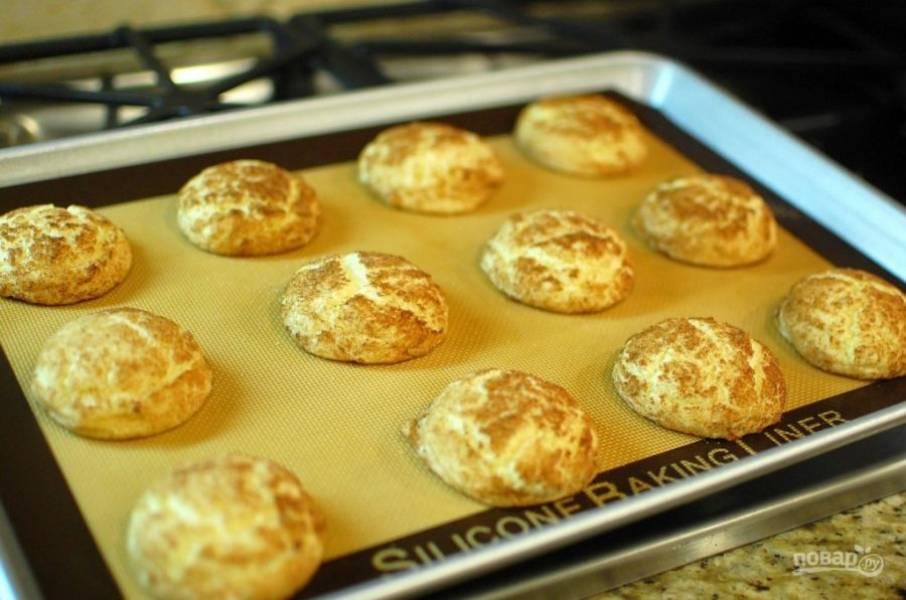7.Оставьте готовое печенье на противне на несколько минут.