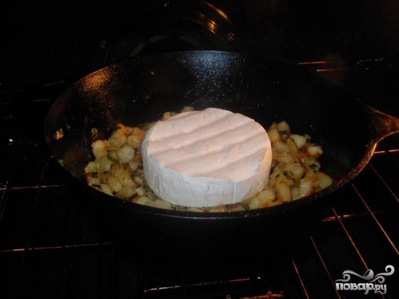 3.Положить сыр бри на середину сковородки поверх всех ингредиентов в центре сковороды  и поставьте сковородку в духовку. Запекать 8-20 минут, пока сыр не расплавится. Подать на стол.
