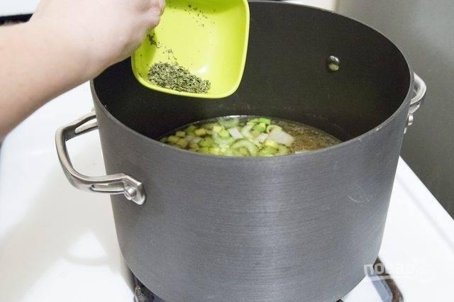 3. Так как суп для малышей, не рекомендую обжаривать овощи. Бульон процедите, достаньте из него грудки, а овощи выложите в кастрюлю. Чуточку подсолите, для аромата добавьте сушеную зелень.
