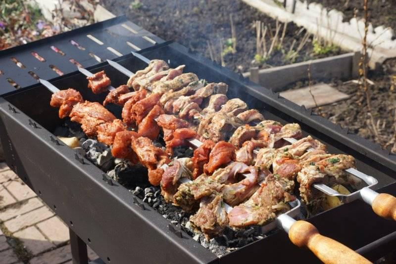 На следующий день можно смело насаживать мясо на шампуры и отправлять на мангал. Жарим шашлык, как обычно, до румяной золотистой корочки, главное здесь - не передержать шашлык, иначе он будет суховат.