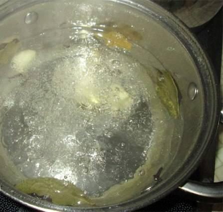 4. Теперь готовим маринад: на один литр воды столовая ложка соли и столовая ложка сахара. Доводим до кипения. бросаем лавровый лист, перец горошком и приправы, после чего в самом конце вливаем столовую ложку уксуса.