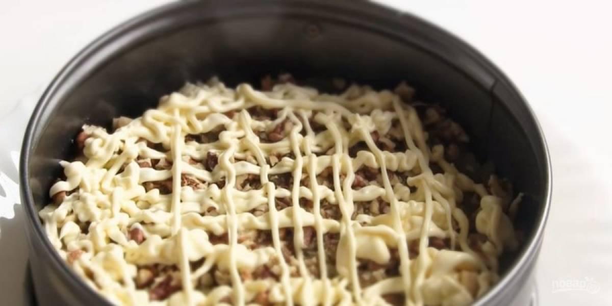 5.  Выложите баклажаны, измельченные орехи и смажьте их майонезом. Сверху выложите помидоры, посолите их и также смажьте майонезом.