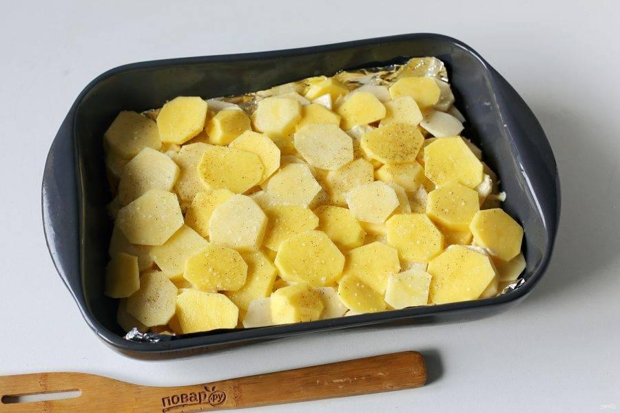 Сверху в 2-3 слоя выложите нарезанный кружочками картофель. Каждый слой смажьте майонезом и посыпьте солью.