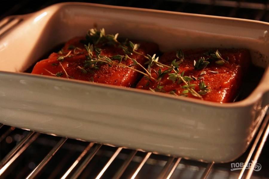 Разогрейте духовку до 200 градусов. Запекайте лосось в течение 15-20 минут.