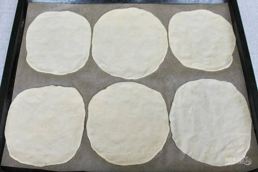 Делим тесто на 12 частей, посыпаем мукой и раскатывает заготовки для пицетты.