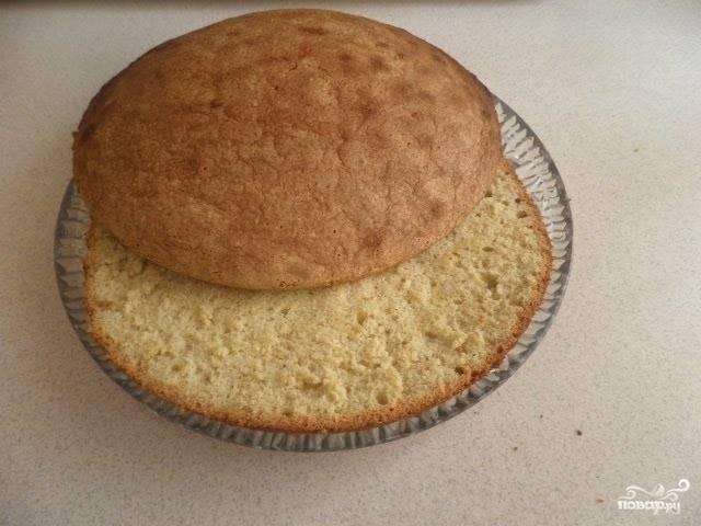 Нам понадобится 2 бисквитных коржа. Обрежьте их по краям, чтобы по диаметру они были примерно на сантиметр меньше, чем разъёмная форма, в которой вы будете собирать торт. Затем на коржи налейте сироп и оставьте их пропитываться.