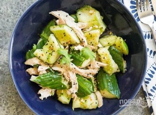 6. В самом конце добавьте курицу, посыпьте кунжутом и подавайте к столу сразу! Если этот салат постоит, то он стечет, а огурцы станут мягкими.