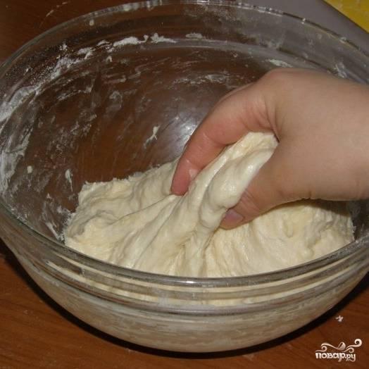 Затем хорошенько вымешиваем тесто руками. Тесто должно быть мягким, не слишком тугим, немного липнуть к рукам.