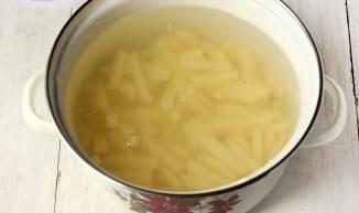 Картофель заливаем водой и доводим до кипения.