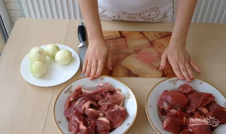 1.Возьмите два вида мяса (свинину и говядину), хорошенько помойте и нарежьте небольшими кусочками. Мясо перекладываете в кастрюлю и отвариваете до готовности.