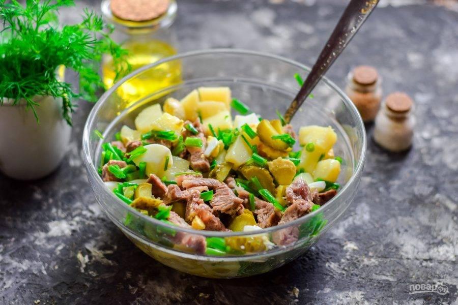 Заправьте салат маслом и перемешайте, подавайте к столу.