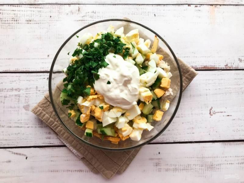 Выложите мелко нарезанную зелень, добавьте майонез, соль и хорошо все перемешайте.