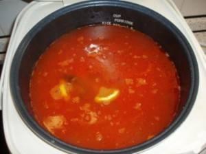 """Долить чашу мультиварки бульоном или водой, положить маслины, лимоны. Поставить на режим """"Суп\тушение"""" на полчаса. Закройте крышку."""
