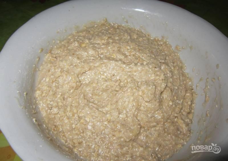 Всыпьте к банановому пюре измельченные и целые овсяные хлопья. Растопите сливочное масло, его также влейте к остальным ингредиентам. Добавьте ванилин и сахар, все тщательно перемешайте.