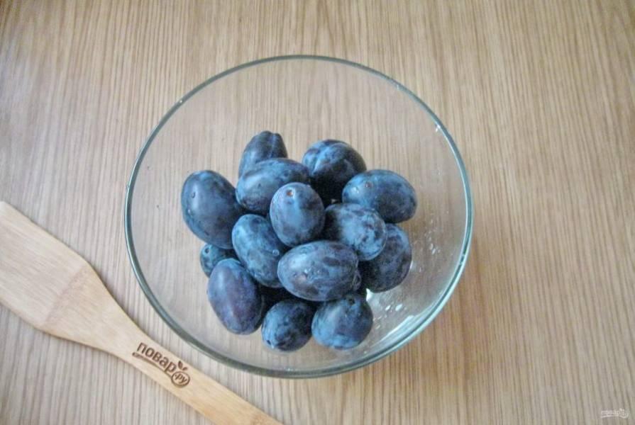 Отберите целые, неповрежденные плоды. Хорошо помойте сливу.