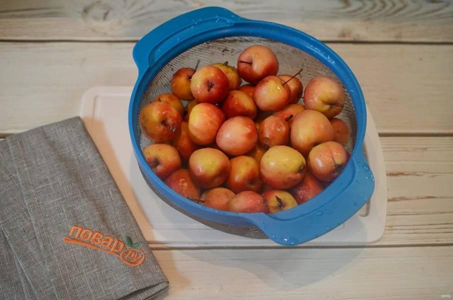 1. Яблоки помойте и наколите в нескольких местах зубочисткой.