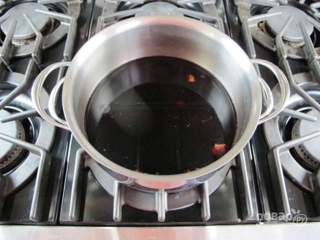 В другой кастрюле доведите до кипения вино. Затем всыпьте в него сахар. Варите, помешивая, 5 минут на медленном огне. После этого влейте пряную жидкость.