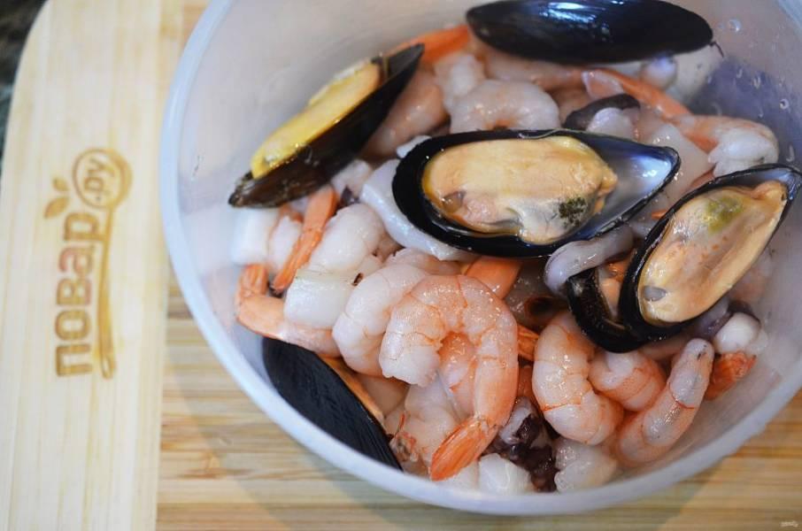 8. Морепродукты промойте и разморозьте.