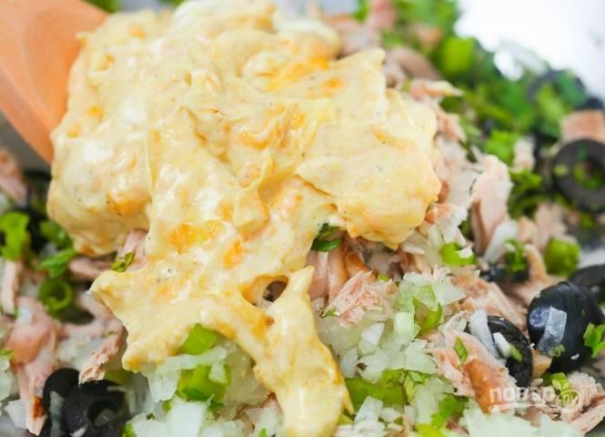 3.Выкладываю приготовленный соус в салатницу, затем хорошенько перемешиваю.