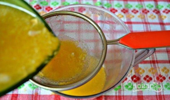 Приготовьте соус. Из апельсинов выжмите сок и процедите через ситечко.