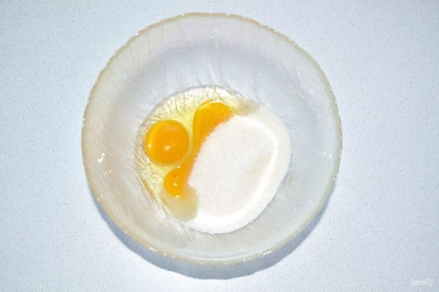Яйца соедините с сахаром и взбейте.
