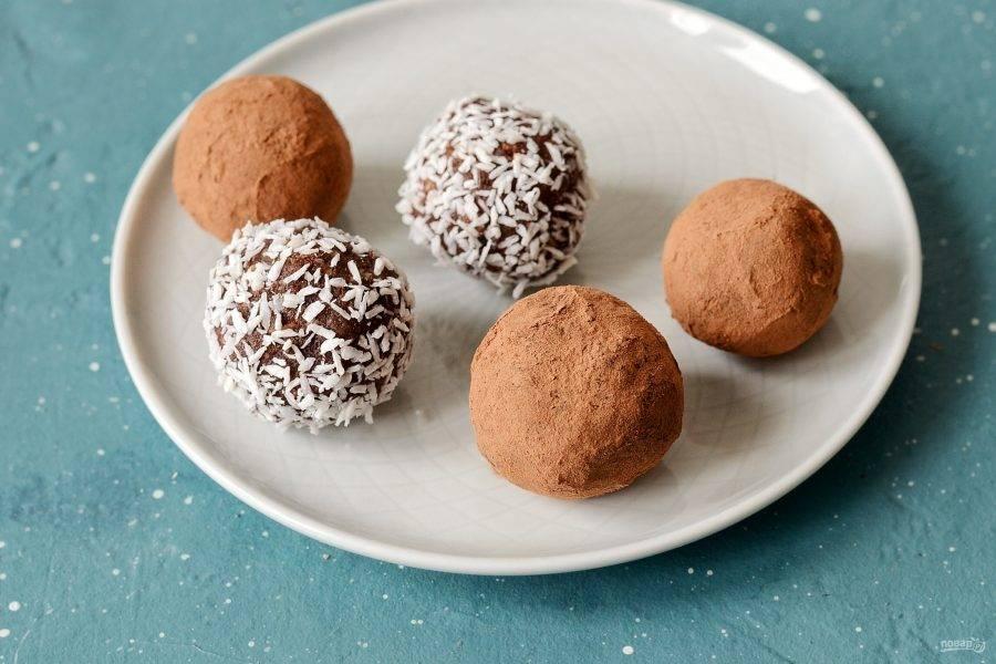 Обавляйте шарики в какао-порошке и кокосовой стружке.