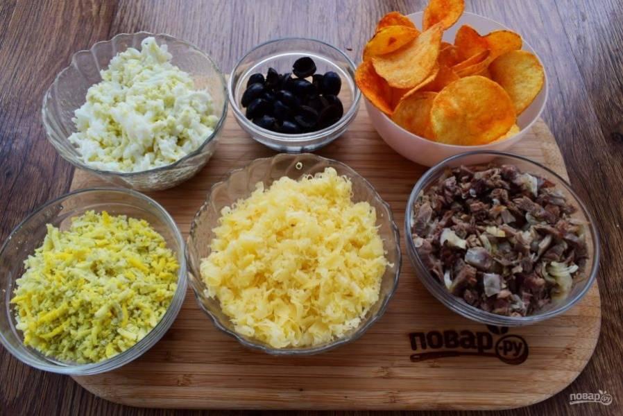2.     3 желтка натрите на мелкой терке. 3 белка и 1 яйцо натрите на мелкой терке в отдельную емкость. Маслины разрежьте вдоль на две половинки. Грибы нарежьте тонкими ломтиками, лук измельчите и обжарьте в течение 1 минуты на разогретом растительном масле, посолите по вкусу.