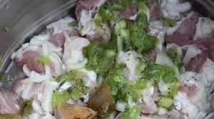 Киви разминаем в кашицу и добавляем к мясу за 20 минут до жарки.