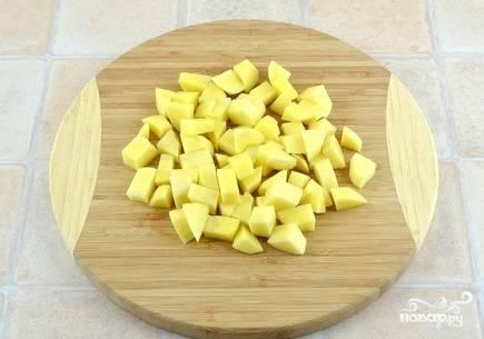3. Подготовьте картофель. Очистите и нарежьте кубиками.