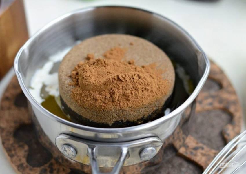 Растопите масло, а затем размешайте в нём коричневый сахар с корицей. Полученный сироп влейте в бутылочку с тонким горлышком, чтобы поливать панкейки.