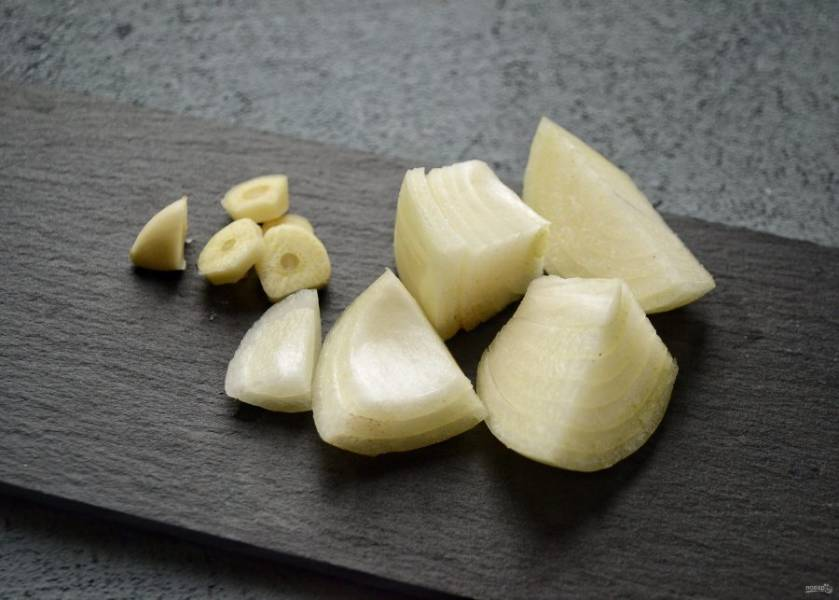 Нарежьте чеснок и лук крупными ломтиками. Измельчите их в мясорубке или блендере вместе с чечевицей.