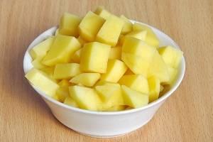 Картофель очищаем  от кожуры, режем кубиками.