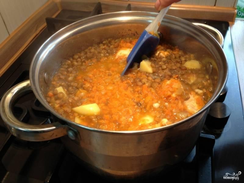 Все перемешиваем, если суп получается чересчур густой, то добавляем воды.