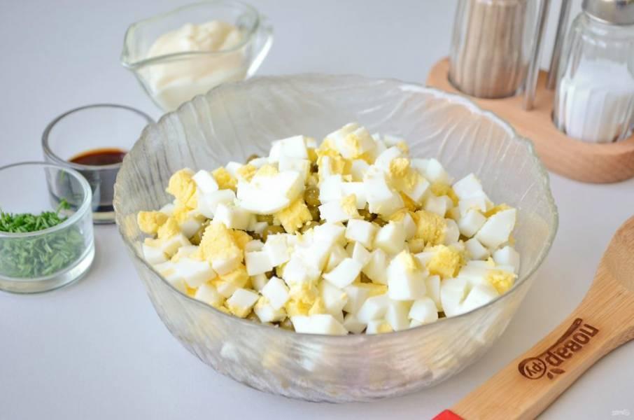5. Яйца порубите кубиками, положите в салат.
