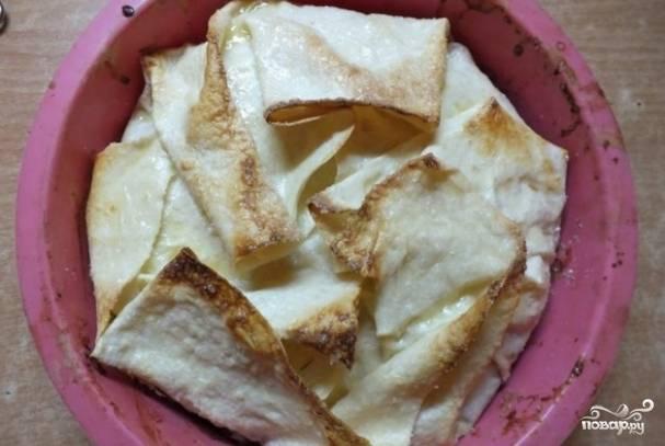 Смажьте остатками соуса и отправьте на полчаса в духовку при 180 градусах.