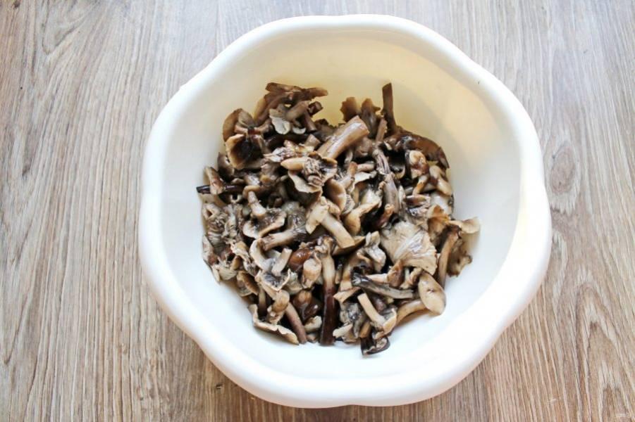 Опята выложите в кастрюлю, залейте холодной водой и посолите (на 1 литр воды 1 ст. ложка соли). Доведите до кипения и варите на медленном огне в течение 40 минут. Откиньте грибы на дуршлаг и промойте холодной водой и дайте воде полностью стечь.