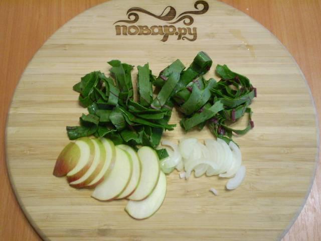 Порежьте свекольную ботву полосочками, а яблоко и лук — полукольцами. Чтобы яблоко не потемнело, сбрызните его лимонным соком.