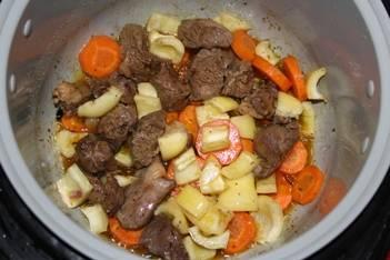 Теперь добавляем перец, уменьшаем температуру до 140 градусов, чтобы овощи не пригорели.