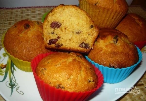 Запекайте кексы с изюмом 10 минут, а потом снизьте температуру до 200 градусов и готовьте ещё 10 минут. Приятного чаепития!